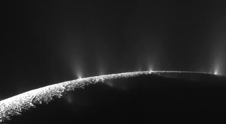 La sonda Cassini sta verificando gli sbuffi ghiacciati della luna Encelado di Saturno