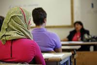 Studentesse musulmane disertano il minuto di silenzio per Parigi.