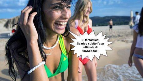 Giovani bagnanti entusiasti dell'app di faCCebook