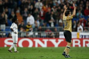 ©Jonathan Moscrop - LaPresse 05 11 2008 Madrid ( Spagna ) Sport Calcio Real Madrid CF v Juventus Football Club - 2008 2009 UEFA Champions League matchday 4 - Stadio Santiago Bernabeu Nella foto: Alessandro Del Piero saluta il Bernabeu ©Jonathan Moscrop - LaPresse 05 11 2008 Madrid ( Spain ) Sport Soccer Real Madrid CF versus Juventus - 2008 2009 UEFA Champions League matchday 4 - Santiago Bernabeu Stadium In the photo: Alessandro Del Piero salutes the public at the Bernabeu as he is substituted