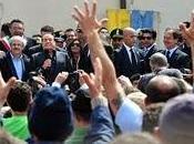Berlusconi-show Lampedusa: contestatori minacciati allontanati