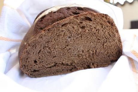 Far pace con la pasta madre…ed un pane nero ideale per il miele a colazione