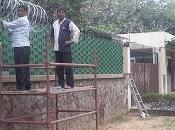 comparso filo spinato all'ambasciata Delhi