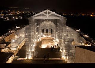 Una basilica di metallo e luce