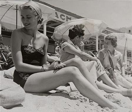 Grace-Kelly-on-beach-in-Cannes