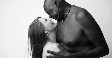 Nudi In Un Abbraccio Coppia Di 70enni Celebrano Il Loro Amore