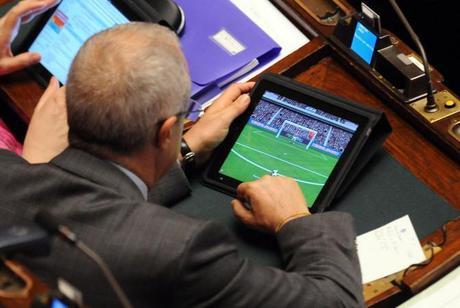 Deputati in aula giocano con l 39 ipad foto paperblog for Numero parlamentari italia