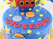 Torta decorata tema spazio compleanno: navicella, stelle pianeti pasta zucchero