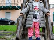 Look sportivo bambina pantaloni felpati, dolcevita sneakers