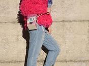 Outfit sporty jeans boyfriend strappati, maglione fucsia scarpe tennis