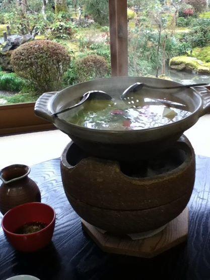 yudofu servito al tempio Ryoanji di Kyoto, da assaporare davanti a un bellissimo giardino (