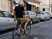 Cosenza: tolti punti dalla patente ciclista parlava cellulare