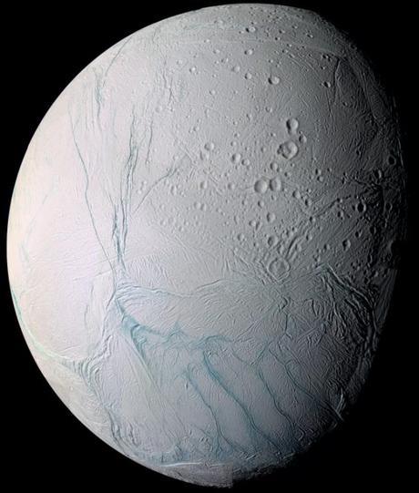 Encelado, strato caldo sotto la coperta di ghiaccio