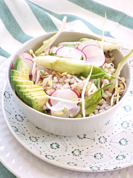 Insalata primaverile di sorgo con verdure croccanti