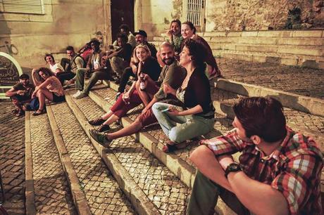 L'immagine può contenere: 6 persone, persone che sorridono, persone sedute, scarpe e spazio all'aperto