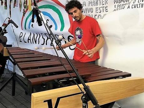 L'immagine può contenere: 1 persona, sta suonando uno strumento musicale