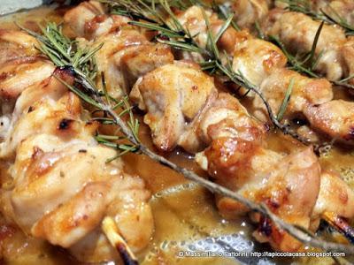 Una facile ricetta al forno: spiedini di cosce pollo con salsa barbecue bbq, lime e rosmarino