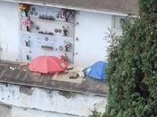 cimiteri, ombrelli aperti morti