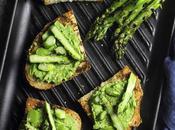 Asparagi grigliati crostoni pesto fave
