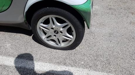 L'immagine può contenere: auto, scarpe e spazio all'aperto