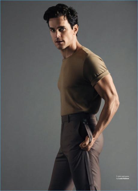 Apparendo in un servizio fotografico per la rivista Out, Matt indossa una t-shirt e pantaloni da Louis Vuitton.