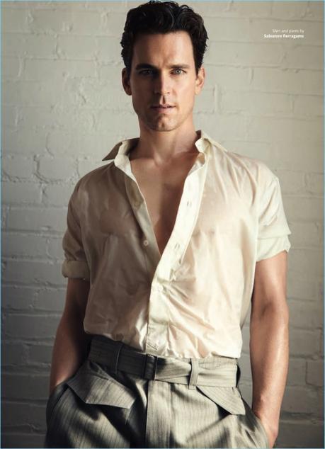 Abbracciando sartoria rilassato, Matt Bomer sfoggia una camicia e pantaloni da Salvatore Ferragamo.