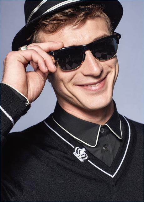 Clément Chabernaud fornisce un sorriso sfrontato come lui rocce sfumature da collezione primavera-estate di Dolce & Gabbana 2017.