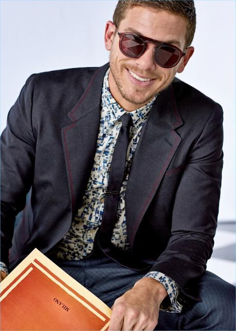 Tutti i sorrisi, Adam Senn indossa un abito di Dolce & Gabbana primavera-estate 2017 collezione Sartoria.