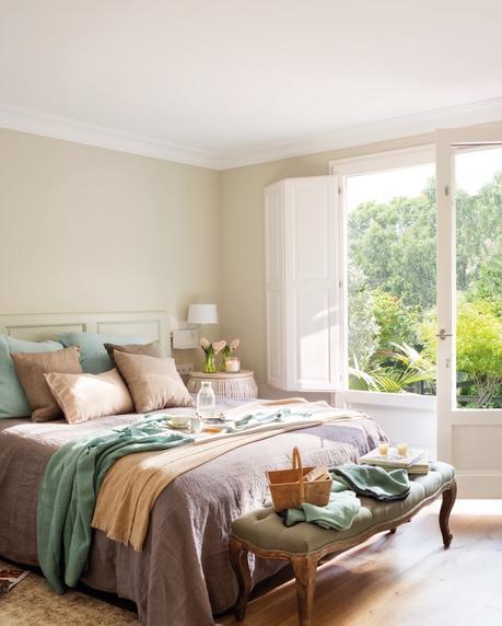 dormitorio en tonos claritos junto a una ventana