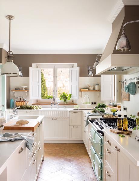 cocina rustica en marron y blanco