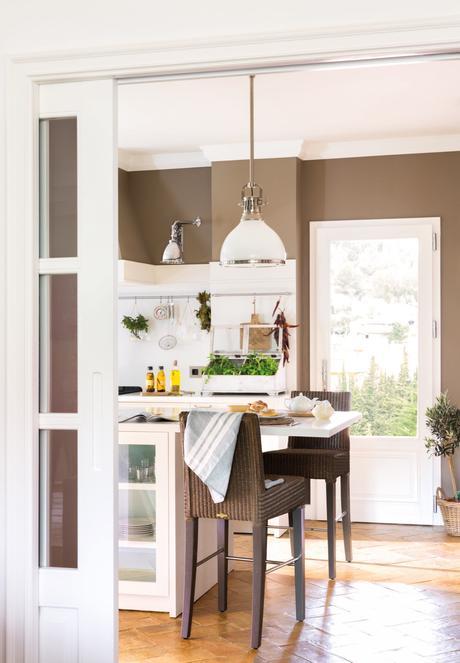 barra de desayunos con dos sillas altas