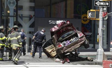 Auto sulla folla a New York: muore una 18enne, ventitré i feriti