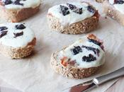 Bruschette pane tirolese, provola dolce, speck prugne della California