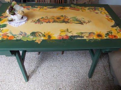 Un tavolo da giardino a decoupage a garden table with - Tavolo di plastica da giardino ...