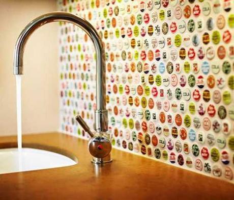 decorare-pareti-cucina-con-tappi