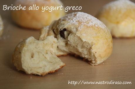 Brioches allo yogurt greco e uvetta