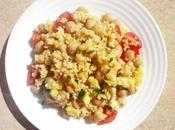 Appuntamento benessere dell'equilibrio cucina. Un'insalata miglio ceci zucchine focalizzare.