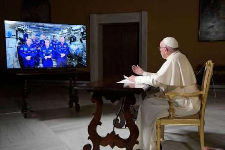 Papa Bergoglio porta la sua voce nello spazio  intervistando  l'astronauta Paolo Nespoli in volo a 400 km dalla terra