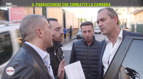 "Video. Il parrucchiere antiracket da de Magistris: ""Mi hai preso per il c**o"""