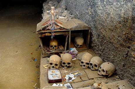 """La """"capa che suda"""" al cimitero delle Fontanelle: la spiegazione scientifica"""