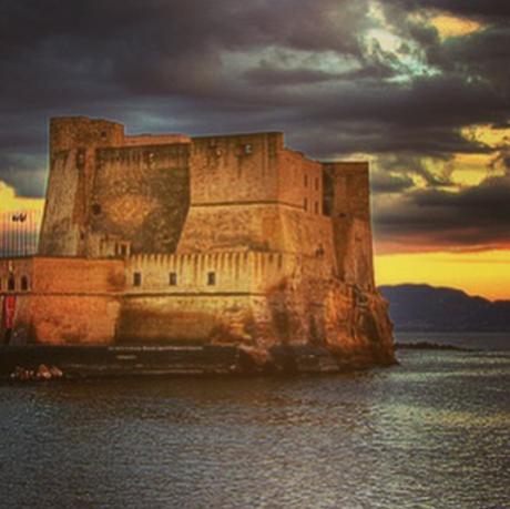 Spettacolare tramonto a Napoli. Le foto più belle della Rete