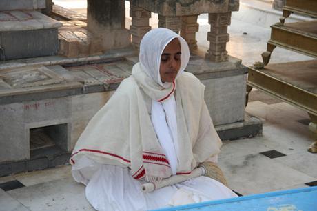 Monaca giainista in meditazione fra i templi di Shatrunjaya, Gujarat, India. Foto di Marco Restelli