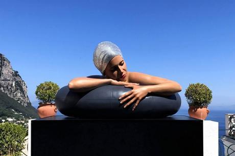 La scultura della Sirena Nuotatrice in Piazzetta a Capri