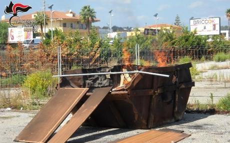Bruciavano rifiuti in un cassonetto, denunciati due operai