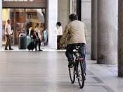 Torino marciapiedi tutta velocità bicicletta.