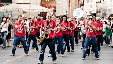 La marching band Funk Off - i volontari al flash mob inviteranno le persone presenti al flash mob a ballare dietro la band per Piazza Duomo