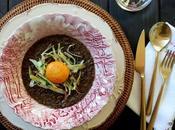 Zuppa lenticchie nere uovo marinato porro fritto