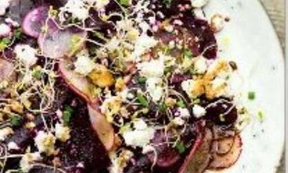 Insalata di barbabietole con feta, ravanelli, germogli e riduzione di aceto balsamico