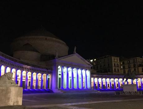 """Piazza Plebiscito s'illumina di mille colori per Natale. Ma il resto della città è """"al buio"""""""