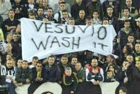 """""""Vesuvio lavali col fuoco"""", contro il razzismo la multa non basta: il Napoli deve reagire?"""